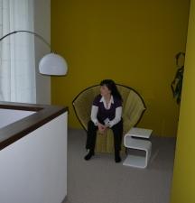 Sessel und Tisch vor der farbigen Wand