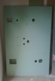 Gipskartonplatte stehend im Flur, für Montage im WC im 90° im UZS drehen