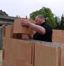 Bauherr beim Mauern