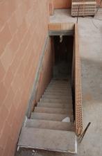 Erste Steinreihe der Treppenbegrenzung