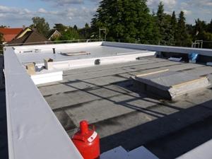 Dach zur Hälfte gedeckt
