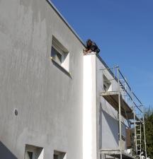ein Dachdecker beim Dach decken