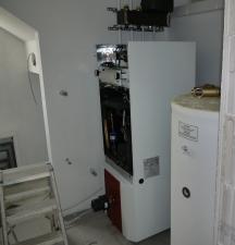 Wärmepumpe (links) und Wasserspeicher (rechts)