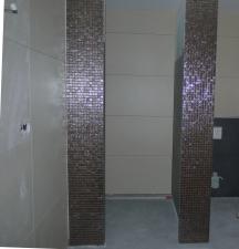 Blick in die Dusche - Frontseiten der Trockenbauwand mit Mosaik
