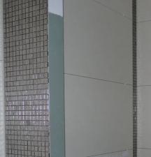 links: Mosaik im Detail, rechts: kleiner Mosaikstreifen im Duschbereich
