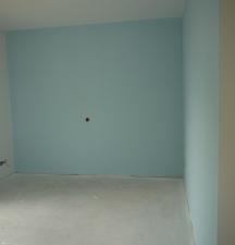 zwei blaue Wände im KiZ - Grundlage für Wandbilder
