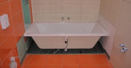 Wanne im kleinen Bad