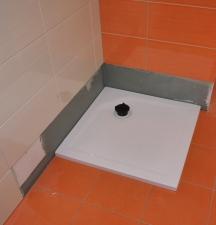 flache Duschwanne im kleinen Bad