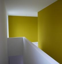 Flur OG - bunte Wände und Treppenbrüstung