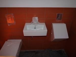 nachher: montierte Keramikobjekte (WC, Waschtisch, Urinal)