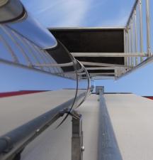 coole Aussicht: Blick vom Boden am Schornstein entlang gen Himmel