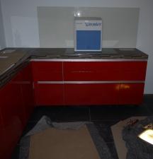 rechter Teil der Küchenmöbel mit Glasplatte an der Wand