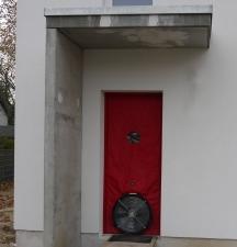 Außenansicht: Haustür abgedichtet mit Ventilator
