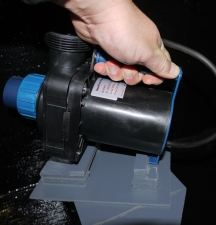 Pumpe wird auf Sockel aufgesetzt