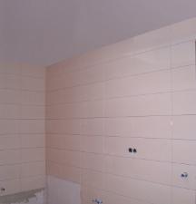 Ecke des Bades - unten fehlen noch zwei Fliesen hinter Kopfende Badewanne