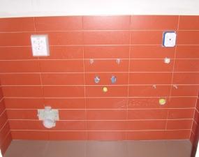 geflieste Wand WC EG - Blick durch die Tür  (ehemalige Schweizer Käse-Wand)