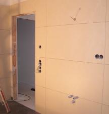 Wandfliesen im Bad - hier wird später der Waschtisch montiert
