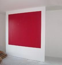 eine rote Wand im Schlafzimmer