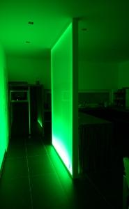 Glaswand mit apfelgrüner Beleuchtung